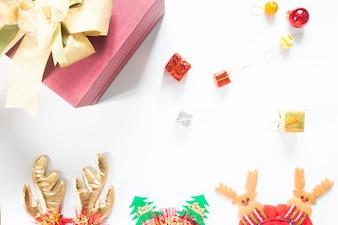 Boîtes cadeaux de noël avec décoration de noël sur fond blanc, pose plate, vue de dessus