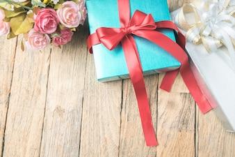 Boîtes cadeaux sur fond de bois