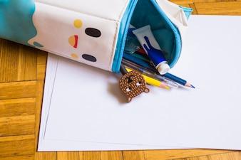 Boîtier de stylo avec diverses fournitures