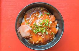 Bol de sushi au saumon avec sauce au Japon