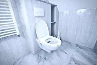 Bol de toilette blanc dans les toilettes.