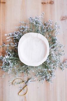 Bol en bois avec de petites fleurs