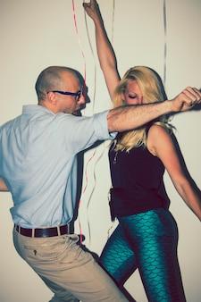 Bon amis en train de danser