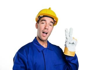 Bon travailleur avec geste de victoire sur fond blanc