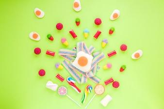 Bonbons éparpillés sur la table