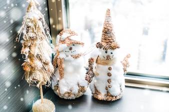 Bonhommes de neige avec un arbre de Noël miniature