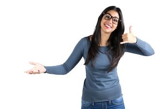 Bonne jeune femme latine qui m'appelle un geste