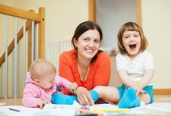 Bonne mère avec enfants et maison