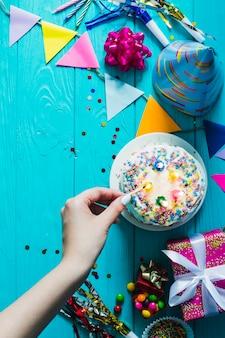 Bougies allumées sur le gâteau glacé blanc