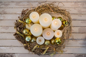 Bougies blanches allumées avec décoration de Noël vu de dessus