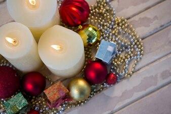 Bougies blanches allumées avec décoration de Noël