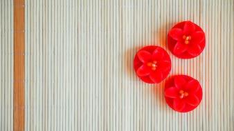 Bougies en forme de fleurs rouges