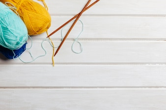 Boules de laine, aiguilles et espace au fond