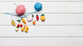 Boules de laine bleue et rose et fruits de laine