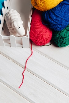 Boules de laine en différentes couleurs