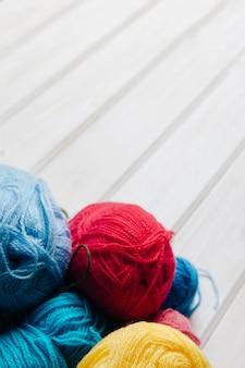 Boules de laine et espace sur le dessus