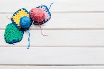 Boules de laine sur les bavoirs et l'espace à droite