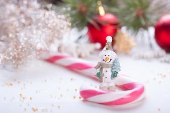 Boules de Noël avec des friandises et une poupée