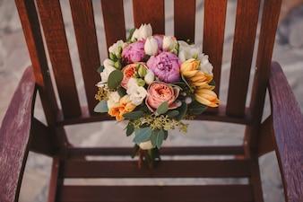 Bouquet de fleurs dans un fauteuil