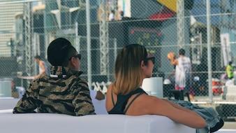 Garçon et fille en regardant le match
