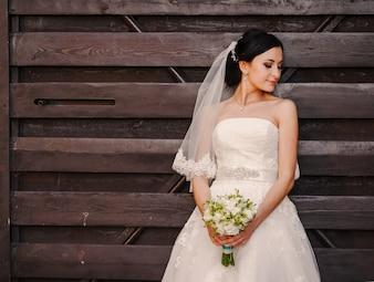 Bride prenant le bouquet avec les deux mains