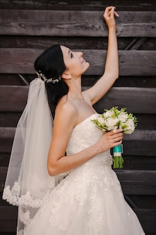 Bride regardant