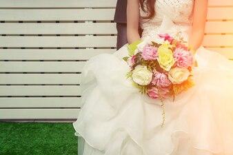 Bride tenant un bouquet coloré