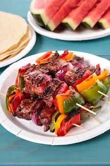 Brochette au barbecue avec boeuf et légumes sur la table de pique-nique