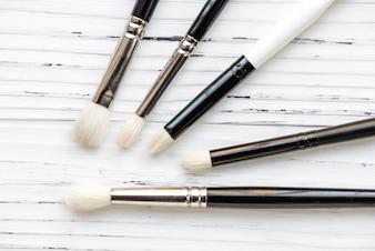 Brosses de maquillage assorties, vue de dessus.
