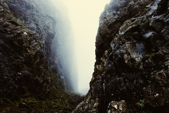 Brouillard entre les rochers