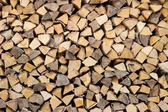 Bûches seches de bois de hachage prêtes pour l'hiver