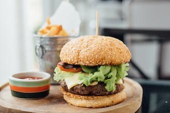 Burger et frites sur la planche de bois