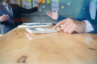 Business People Meeting Design Ideas investisseur professionnel qui travaille sur un nouveau projet de démarrage. Concept. planification d'entreprise au bureau