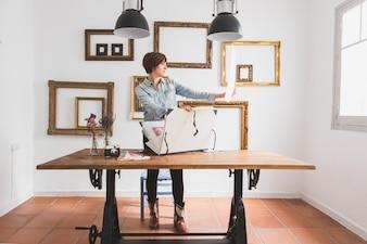 Businesswoman l'examen d'une conception