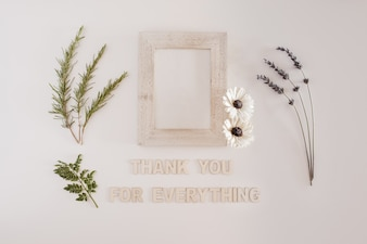 Cadre en bois avec des fleurs avec merci pour toutes les lettres