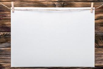 Cadre photo, notes. Cadre photo d'entreprise avec une texture blanche isolée. Cadre photo vierge. Feuilles blanches sur le vêtement. Contexte en bois. Idéal pour les entreprises, les billets, les ventes