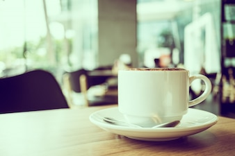 Café cappuccino en tasse blanche