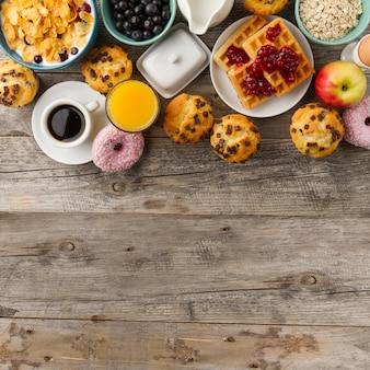 Café, muffins et jus