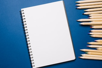 Carnet de croquis et crayons