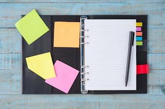 Carnet et stylo sur table en bois bleu