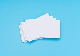 Carte de visite en blanc sur fond bleu.