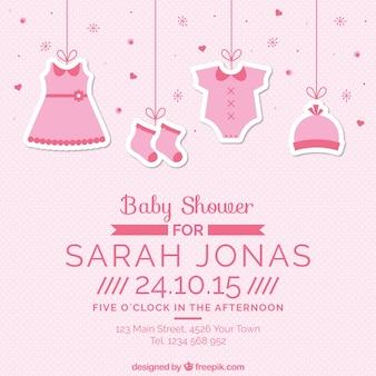 Carte rose de douche de bébé avec des vêtements suspendus