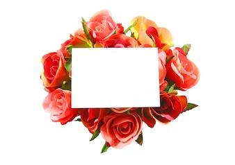 Carte vierge et rose isolé sur fond blanc