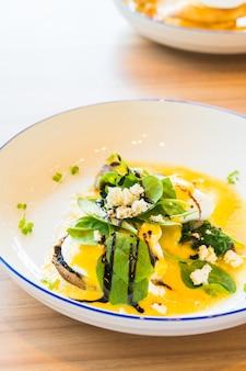 Champignons et oeufs bénédicte en assiette blanche
