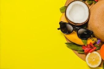 Chapeau aux fruits et lunettes de soleil