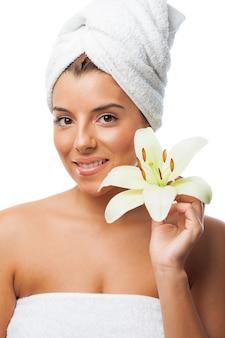 Charmante femme avec une serviette fleur de lys portant