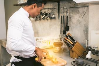 Chef de cuisine à la cuisine d'un restaurant