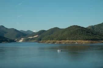 Ciel bleu et montagne dans l'eau