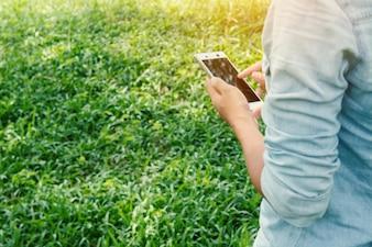 Close-up d'une jeune fille touchant l'écran de son portable