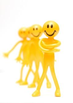 Close-up de caractère heureux avec les bras croisés